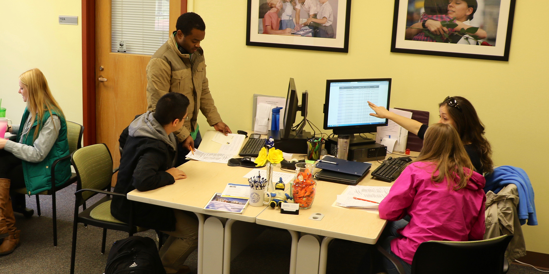 UD students in the academic advisement office